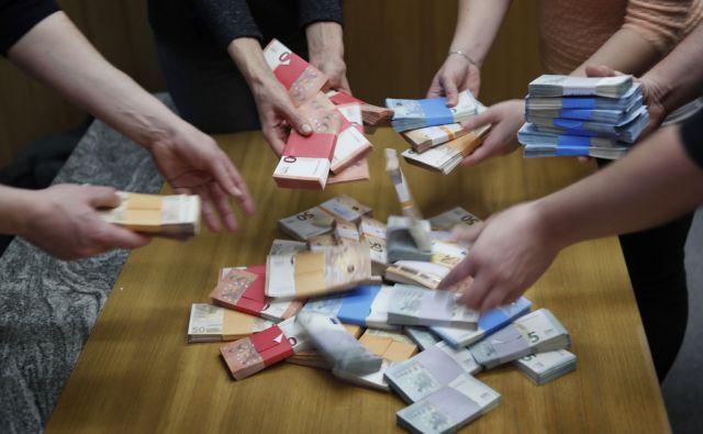 Euro denar. Ljubljana, 19. januar 2018 [euro,korupcija,Ljubljana,denar,motivi]