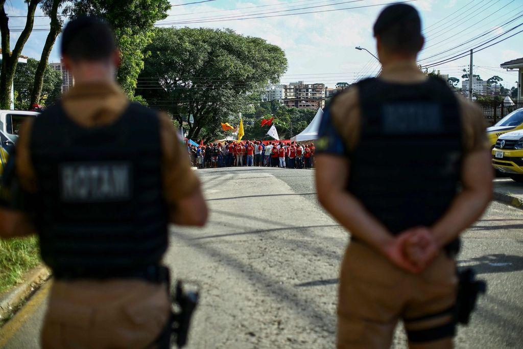 Podporniki nekdanjega brazilskega predsednika kampirajo pred zaporom