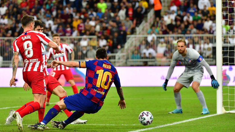 Fotografija: Atletico Madrid's Slovenian goalkeeper Jan Oblak (R) watches as Atletico Madrid's Spanish midfielder Saul Niguez (L) marks Barcelona's Argentine forward Lionel Messi (C) during the Spanish Super Cup semi final between Barcelona and Atletico Madrid on January 9, 2020, at the King Abdullah Sport City in the Saudi Arabian port city of Jeddah. - The winner will face Real Madrid in the final on January 12. (Photo by Giuseppe CACACE / AFP)