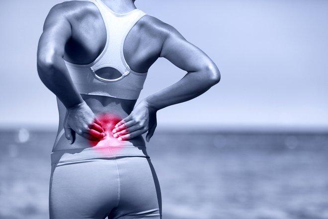 Če mišice niso aktivne ali ne delujejo pravilno, večina dnevnih aktivnosti, kot so dvigovanje otrok, kuhanje ali vstajanje s stola, predstavlja obremenitev, ki hrbtenici škoduje.FOTO: Shutterstock