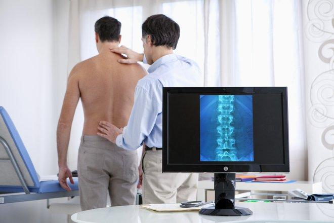 Hrbtenica poleg opore služi tudi kot zaščiti hrbtenjače, ki je skupek velikega števila živčnih vlaken, ki prenašajo ključne informacije iz telesa v možgane ali obratno. FOTO:Shutterstock