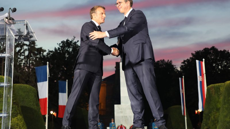 Fotografija: French president Emmanuel Macron (L) shakes hands with Serbian president Aleksandar Vucic during a ceremony marking the inauguration of the restored