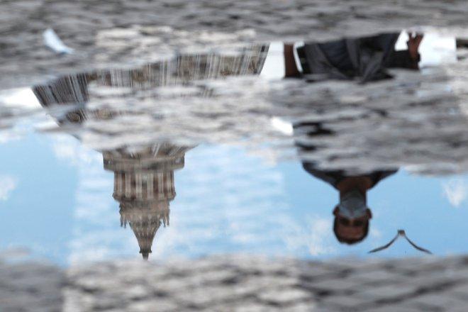 Tudi v Italiji so zdravstvene oblasti ugotovile, da se okužbe večinoma prenašajo v krogu sorodnikov in prijateljev. FOTO: Guglielmo Mangiapane/Reuters