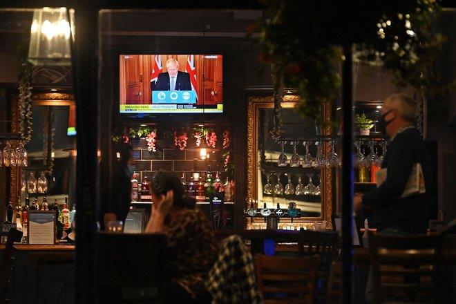 Britanski premier Boris Johnson je noveukrepe napovedal v ponedeljek. FOTO: Paul Ellis/AFP
