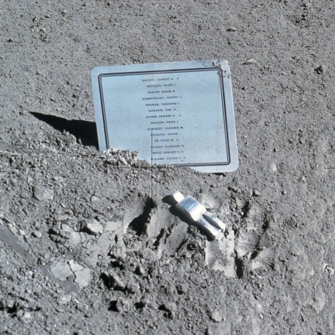Devetcentimetrska aluminijasta skulptura predstavlja umrle astronavte in kozmonavte. Plaketo s 14 imeni sta na površje Lune zataknila astronavta David Scott in James Irwin v odpravi Apollo 15. FOTO: Nasa