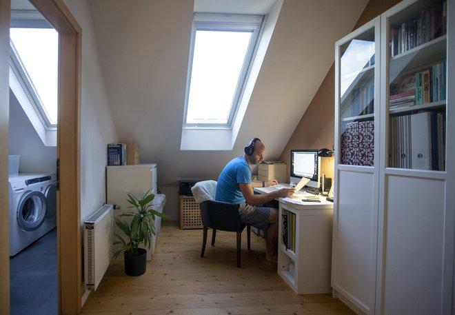 Pričakovati je, da bomo v prihodnosti kombinirali delo od doma in na delovnem mestu. FOTO: Matej Družnik/Delo