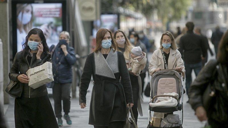 Fotografija: Za zdaj ni dokazov, da nova različica povzroča resnejše bolezni. FOTO: Blaž Samec/Delo