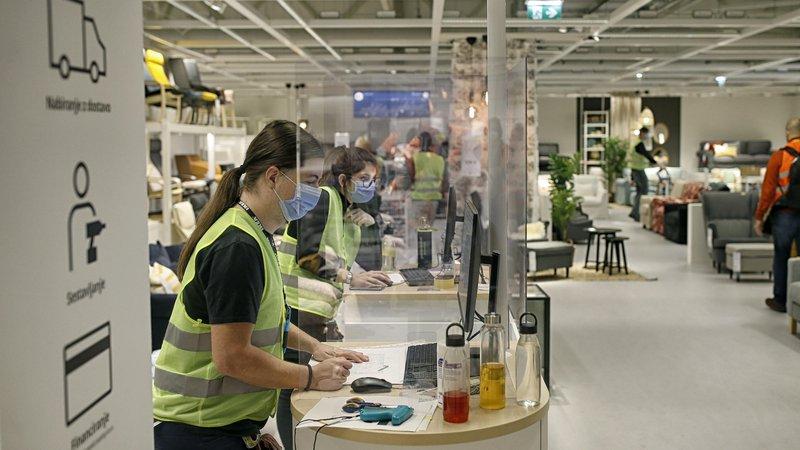 Fotografija: Zadnji mesec so se nova delovna mesta odprla tudi v trgovini. FOTO: Blaž Samec/Delo