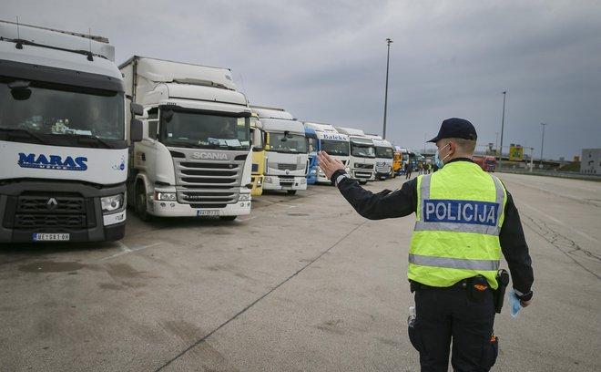 Tranzit čez državno mejo je ena redkih izjem, ki bo dovoljena v času zaustavitve javnega življenja. FOTO: Jože Suhadolnik/Delo