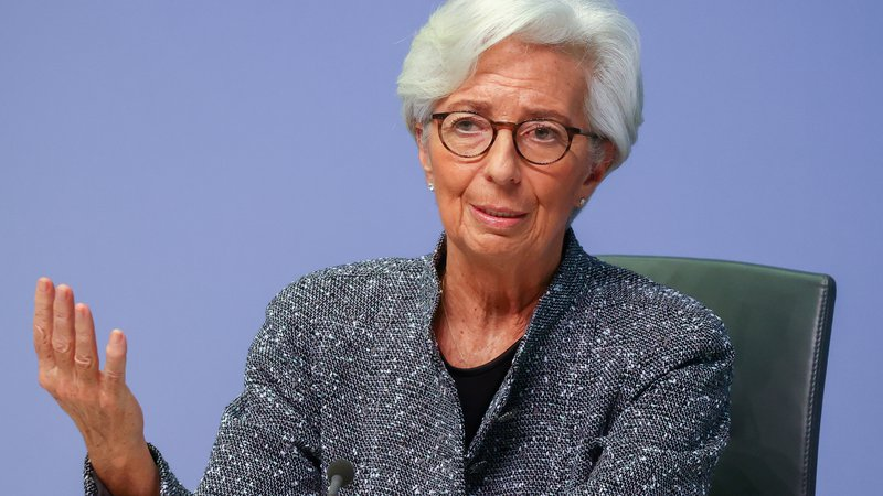 Fotografija: Svet ECB, ki ga vodi Christine Lagarde, vztraja pri ohlapni in spodbujevalni denarni politiki. FOTO: Kai Pfaffenbach Reuters