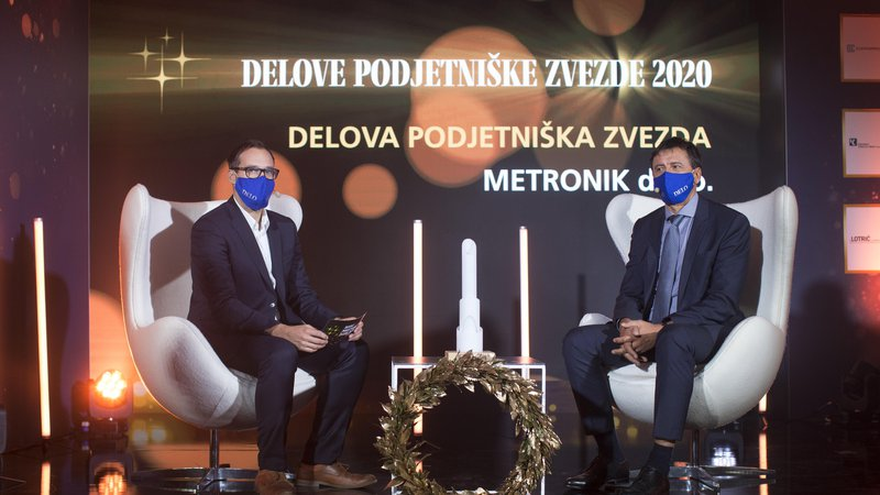 Fotografija: Cilj avtomatizacije in digitalizacije ni manj zaposlenih, ampak to, da so zaposleni bolj pametno vključeni v proizvodni proces, je med drugim dejal Aleksander Temeljotov (na fotografiji desno), direktor Metronika in Delova podjetniška zvezda 2020, v pogovoru z Nejcem Goletom, namestnikom urednika gospodarskega uredništva Dela. FOTO: Jure Eržen/Delo